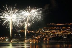 Gli odierni fuochi di artificio a Capodanno, probabilmente, sono cio' che rimane, o meglio la nuova forma che hanno preso gli antichissimi rituali in uso nel periodo marginale di un calendario.
