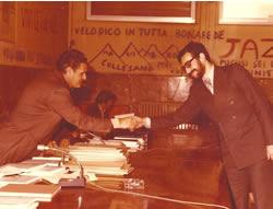 Il professore Giuseppe Bonomo stringe la mano a Salvatore La Grassa in occasione dei suoi esami di laurea.