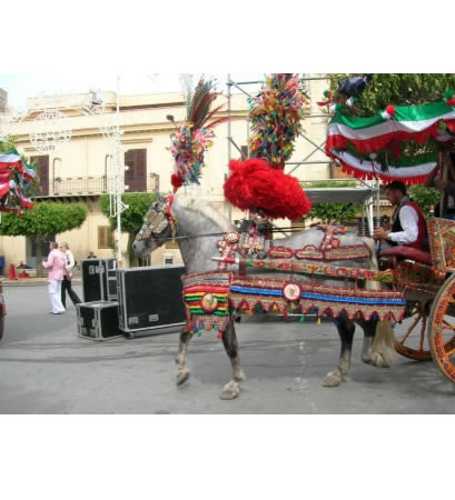 Il carro entra nella piazza di Terrasini portando l'albero innestato